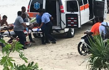 EMTs and other persons assist to place the man in the ambulance today, May 22, 2019. Photo: Team of Reporters