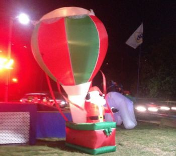 Santa ditches the sleigh and reindeer for a hot air balloon! Photo: Team of Reporters