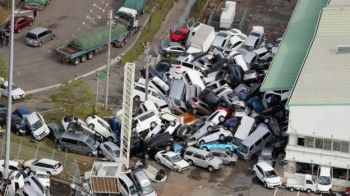 Cars in Kobe were overturned and toppled by strong winds. Photo: EPA