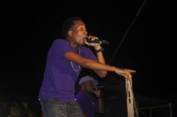 One of VIBE's lead vocalist during the band's performance. Photo: VINO