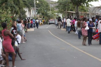 Persons lined the street in anticipation of a big showdown. Photo: VINO