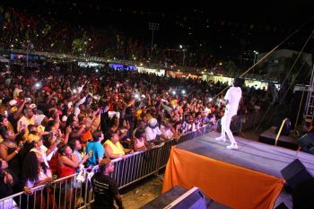 Beenie Man energises the large crowd at Rita Francis Festiville on July 29, 2016. Photo: VINO