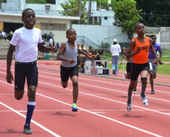 On the Boys' side, M'Korri Crabbe ran 12.34/24.44 seconds for his 80/150m double. T'Koy Stevens followed Crabbe in both events in 12.37 and 24.64. Jeremiah George was third behind the duo in both sprints in 12.77 and 25.73 respectively. Photo credit: Charlie E. Jackson/VINO