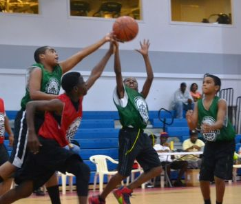 In Junior Division play on Sunday September 20, 2015, Swaggas pulled off a 36-32 win over the Junior Young Starz. Photo: Charlie E. Jackson/VINO