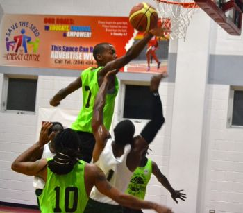 Action from the game between Bayside Blazers and West Gunners. Photo: Charlie E. Jackson/VINO