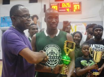 Co-founder of the Hon Julian Fraser Save the Seed League, Hon Julian Fraser RA (R3) presents Western Division Championship MVP Ray D. Victor with his trophy. Photo: Charlie E. Jackson/VINO