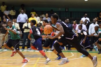 Malaki A. Smith notched 28 points with 28 rebounds to lead his team to the tense, but thrilling victory in front of a large crowd, as it took until deep into the last period for the victory to be secured. Photo: Charlie E. Jackson/VINO