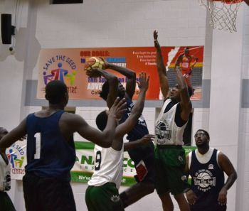Bayside Blazers working to put in an effective defence against Knights. Photo: Charlie E. Jackson/VINO