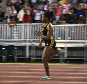 Nelda Huggins set a new Junior Record in running 11.59 seconds in the U20 Girls 100m. Photo: Charlie E. Jackson/VINO
