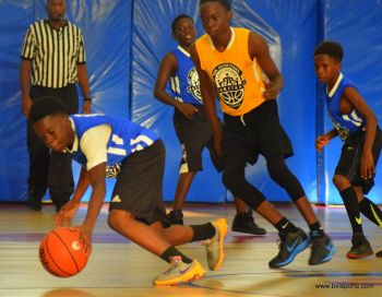 Action in the game between Junior Stars (yellow) and Swaggas. Photo: Charlie E. Jackson/VINO