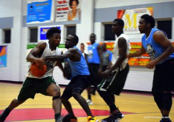 2015 finalists Splash Brothers found the going tough against Bayside Blazers. Here we see Cravern C. Andrew of Bayside Blazers looking to storm past Shamoii A. Dagou. Photo: Charlie E. Jackson/VINO