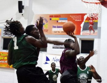 Action in the game between West Gunners and Warrias at the Save the Seed Energy Centre on October 23, 2016. Photo: Charlie E. Jackson/VINO