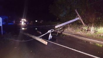 Traffic was interrupted as the utility pole and wires stretched across the road following the accident. Photo: Team of Reporters