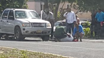 Persons attending to the injured pedestrian on April 27, 2018. Photo: Team of Reporters