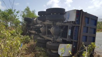 The truck ended up toppling close to the side of the road. Photo: Team of Reporters