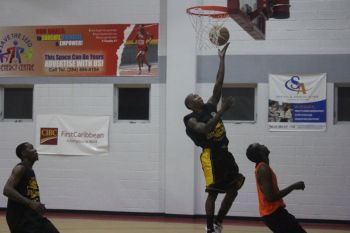 Action from the game between Avengers and Pilipino. Photo: VINO