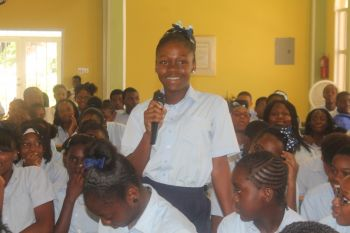 A student posing a question at the annual Youth Forum held on September 3, 2014. Photo: VINO