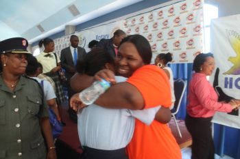 Prisoner and presenter at the workshop Shanoviah Thomas hugging one of the students. Photo: VINO