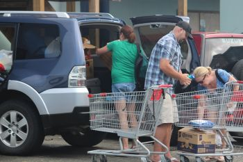 Customers at One Mart took their goods in boxes back to their vehicles where they off loaded shopping carts. Photo: VINO