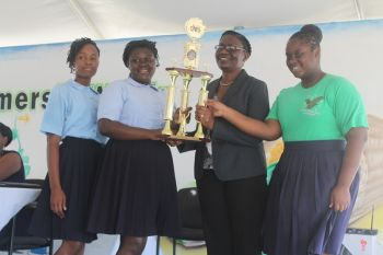 The opening ceremony of Farmers' Week featured presenting of National Awards to farmers and school children who participated in various competitions including a poster competition. Photo: VINO.