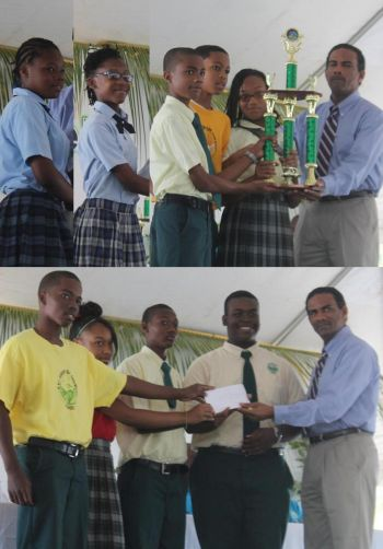 A number of youths from various schools received prizes for their participation in promotional activities for Farmers' Week 2015 . Photo: VINO